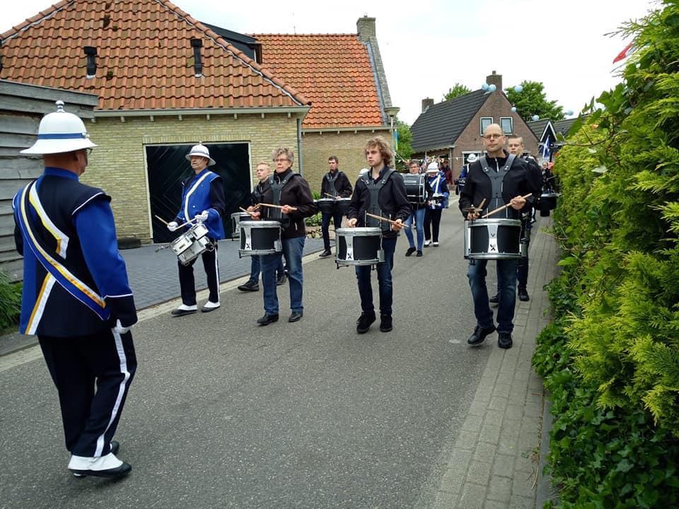 Drumband treed op tijdens het dorpsfeest van Beetgum, Beetgummermolen en Engelum